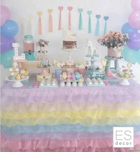 Festa de unicórnio com decoração em tons pastel do arco íris Foto de ES Decor