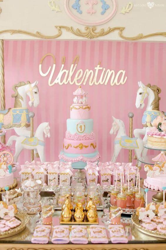 Festa de unicórnio com decoração em tons pastel e detalhes dourados Foto de Una Bruja