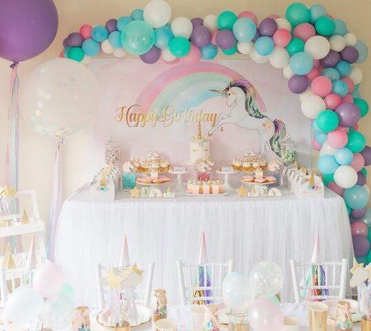 Festa de unicórnio com decoração predominantemente branca e com detalhes coloridos Foto de Life's Little Celebrations
