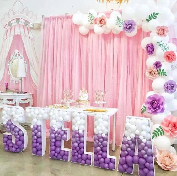 Festa de unicórnio com enfeite de balões grande e mesa do bolo pequena Foto de Como Organizar la Casa