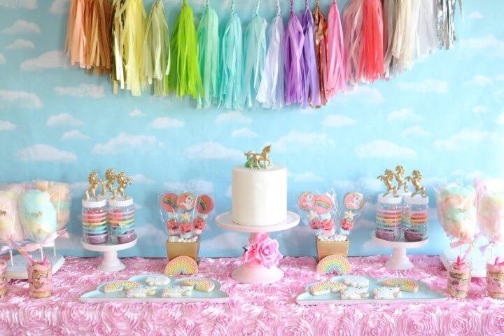Festa de unicórnio com mesa com biscoitos temáticos e algodão doce colorido Foto de Etsy