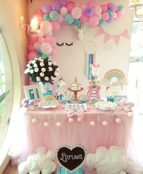 Festa de unicórnio com mesa de bolo pequena e bem decorada Foto de Pinterest