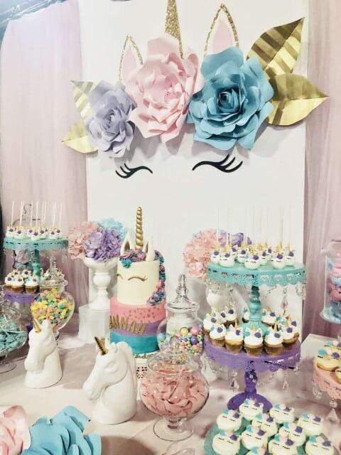Festa de unicórnio com mesa do bolo decorada com a temática Foto de Air Freshener