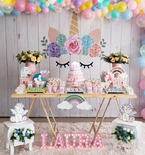 Festa de unicórnio com mesa do bolo decorada de maneira simples Foto de Jarra Hotel