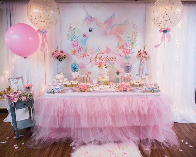 Festa de unicórnio com mesa do bolo enfeitada com frufru Foto de Como Decorar Una Fiesta