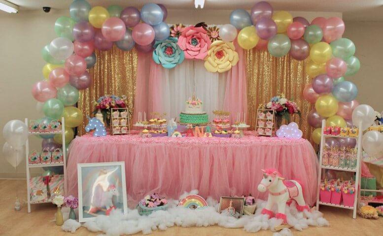Festa de unicórnio com mesa do bolo grande e colorida Foto de Catch My Party