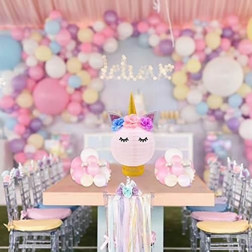 Festa de unicórnio com mesas decoradas com cores variadas Foto de Binge