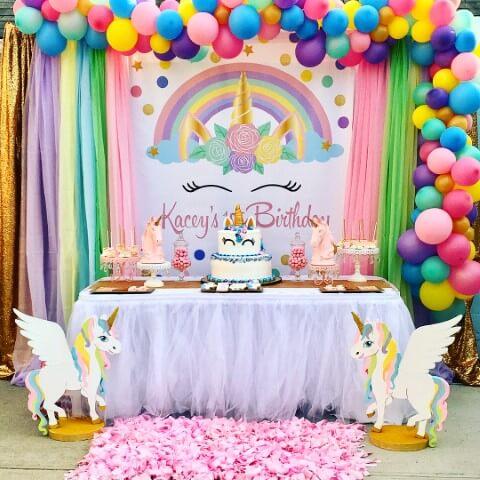 Festa de unicórnio com painel com arco-íris e balões coloridos Foto de Deskgram
