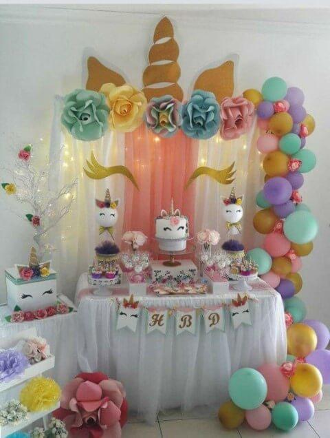 Festa de unicórnio com painel feito com tecidos e luzes pisca pisca Foto de Bevilacqua