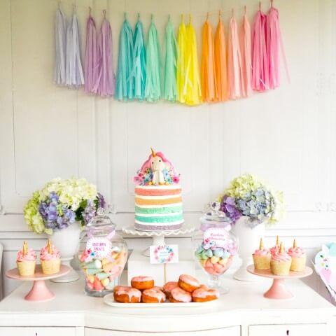 Festa de unicórnio com pompons coloridos Foto de TMBU