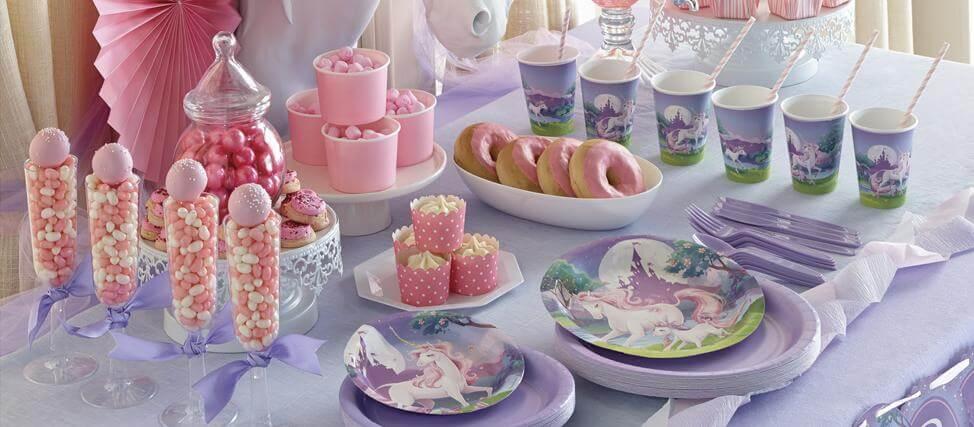 Festa de unicórnio com pratos e copos temáticos Foto de Penelope