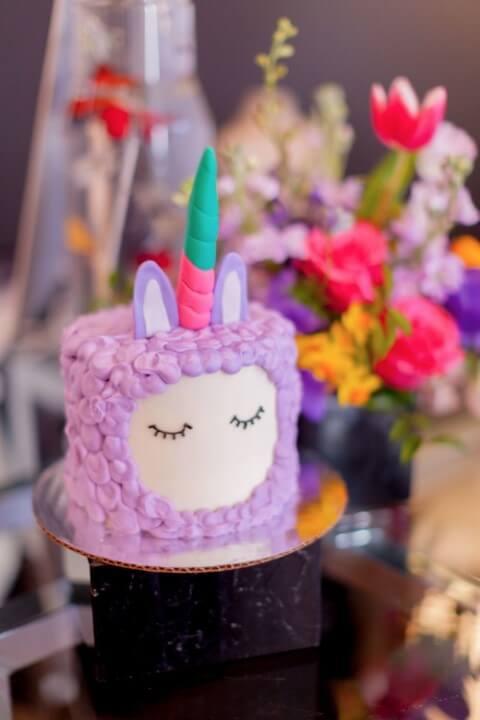 Festa de unicórnio com textura que parece pelo na cor roxa Foto de Aludecor