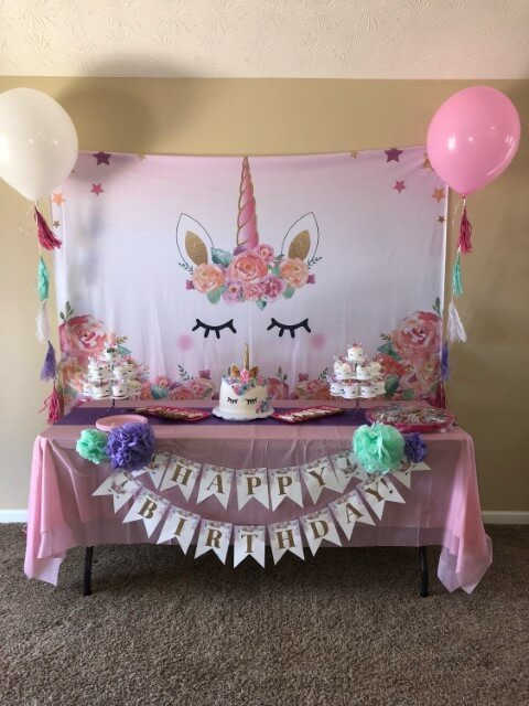 Festa de unicórnio simples com bolinhos combinando com o bolo Foto de Cell Code