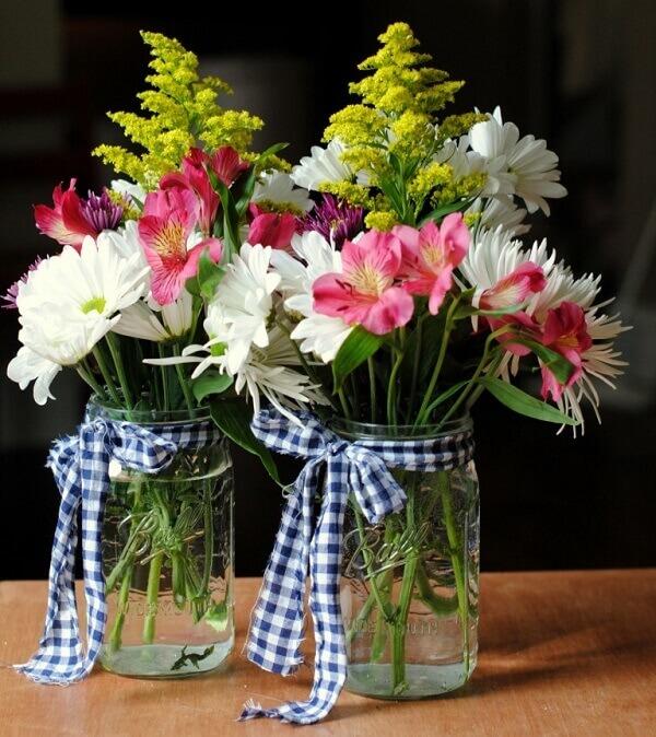 Flores de campo arranjos em jarros transparentes