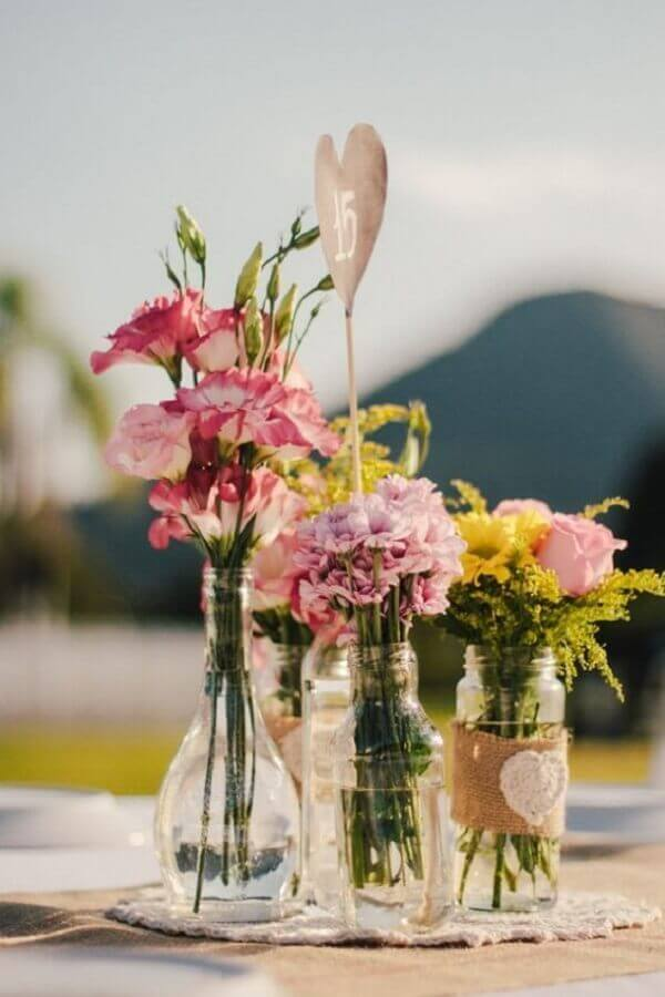 Flores do campo arranjos em garrafas transparentes