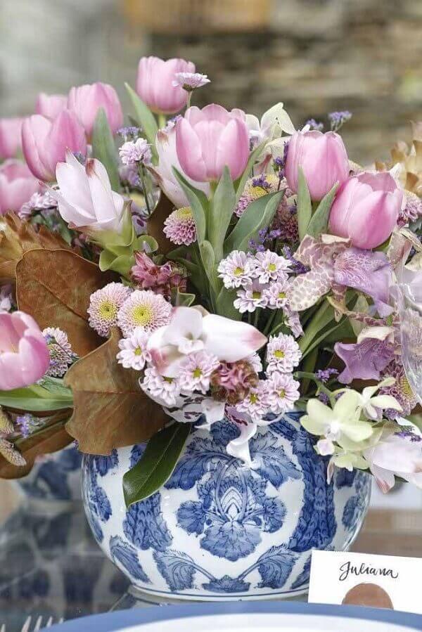 Flores do campo com madibas e tulipas