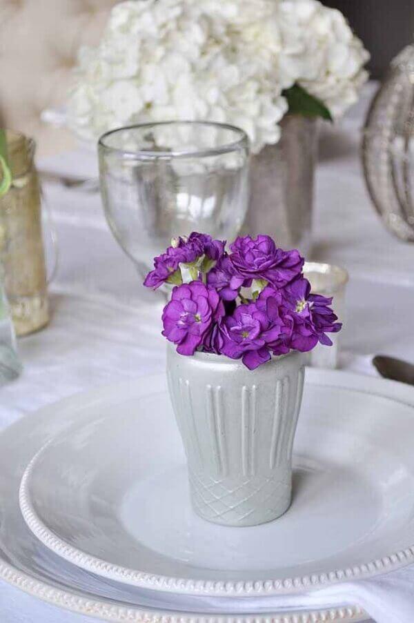 Flores do campo com vasinho branco pequeno