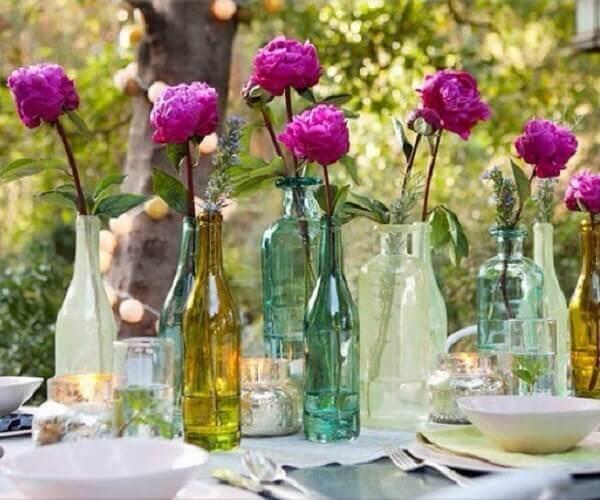 Flores do campo cravos em garrafas de vidro