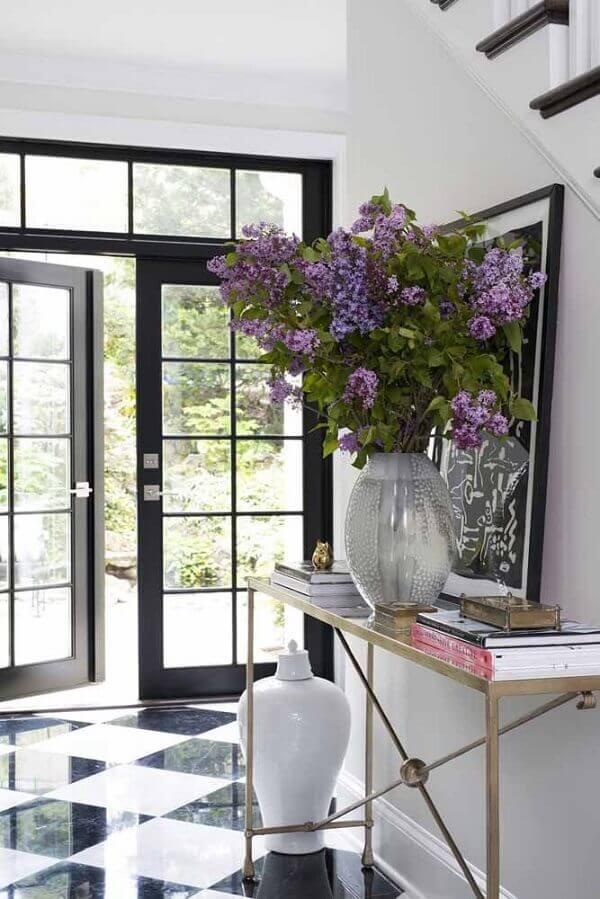 Flores do campo em vaso grande de centáureas