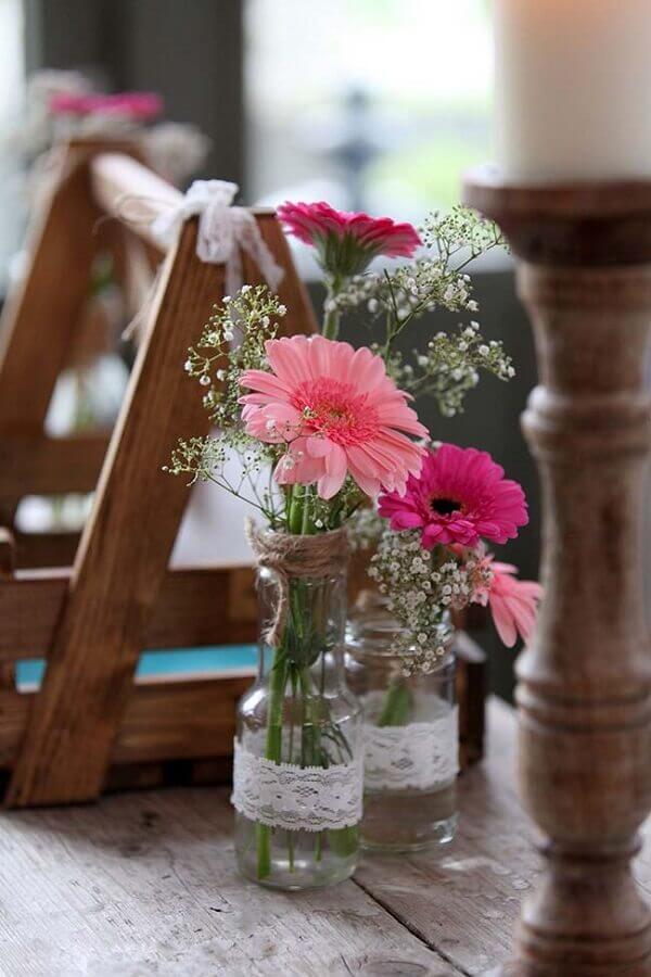 Flores do campo gérbera em garrafinhas