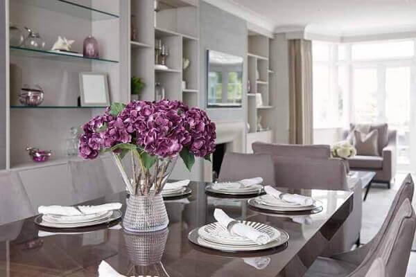 Flores do campo roxa para mesa da sala de jantar