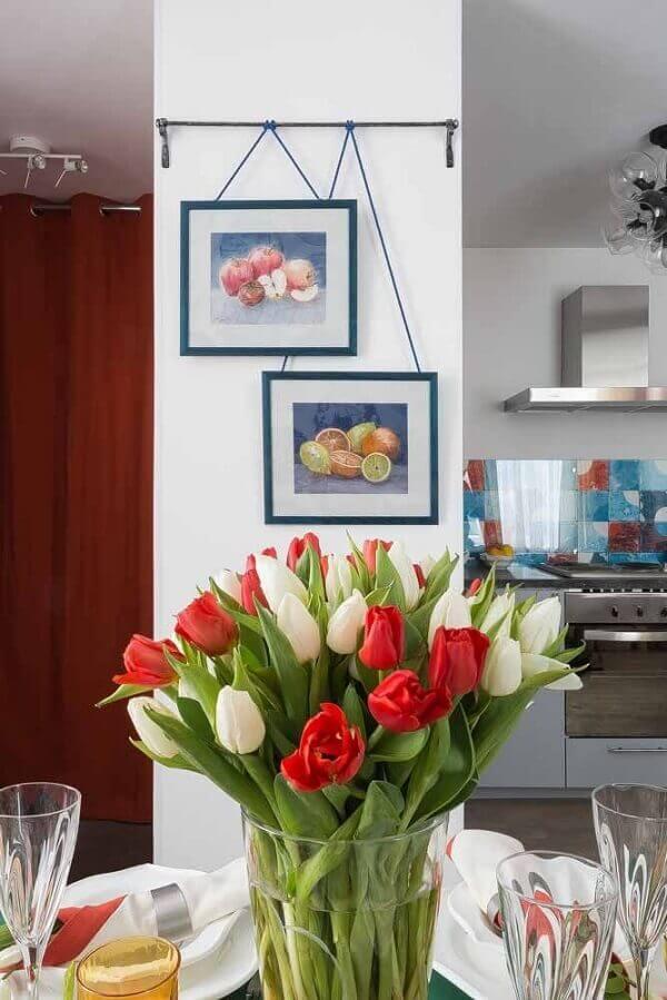 Flores do campo tulipas em mesa de jantar