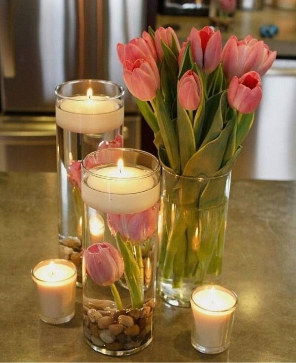 Forme lindos arranjos de tulipa com velas