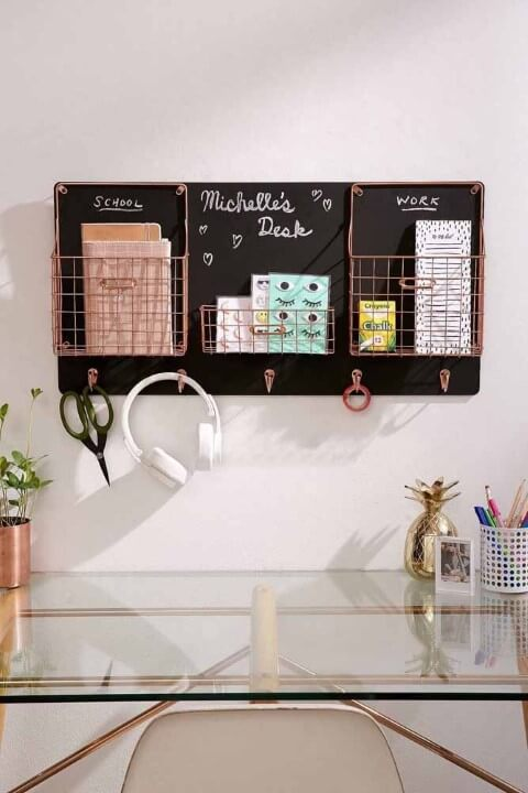 Home office com painel de chalkboard para organização Foto de Pinterest