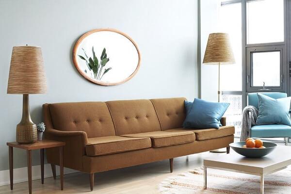 Marrom claro no sofá e azul petróleo