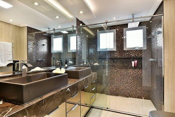 Marrom com diferentes tons no banheiro