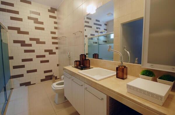 Marrom e branco em alguns tijolinhos no banheiro