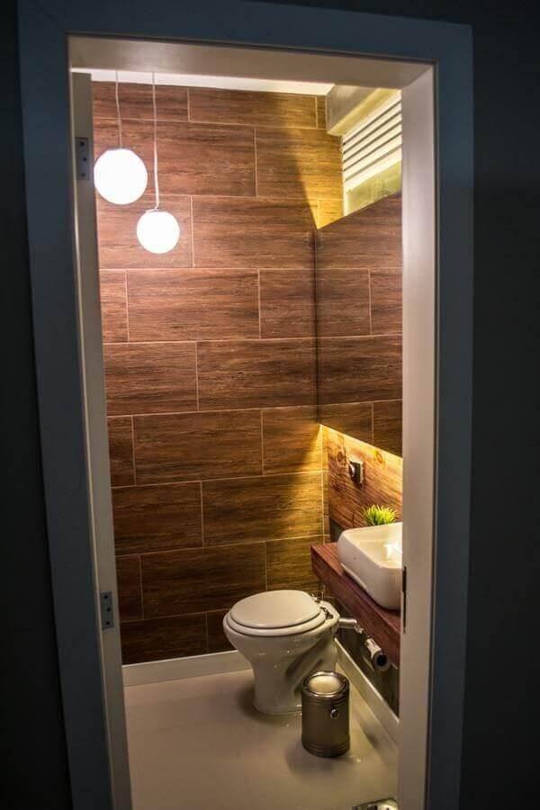 Marrom em azulejos no banheiro