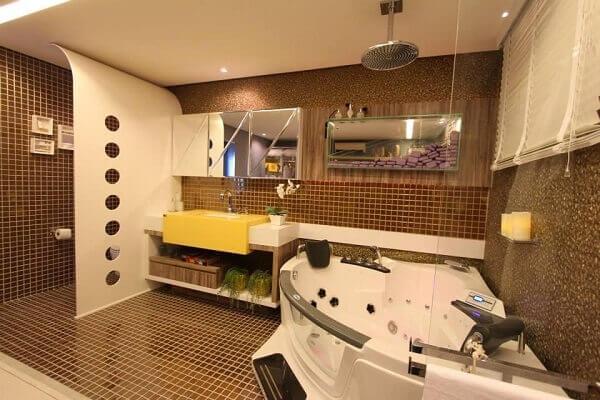 Marrom em banheiro com banheira Branca