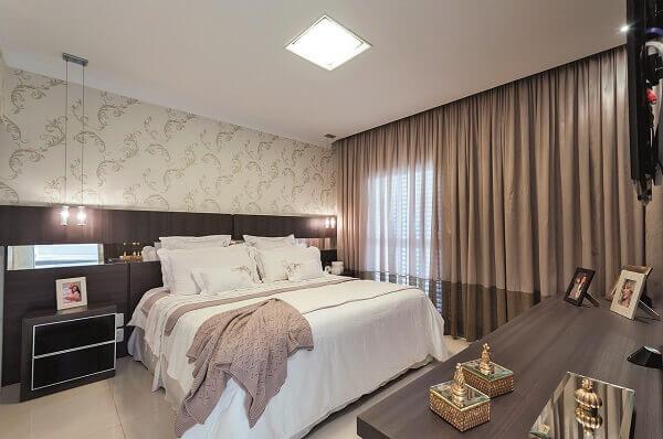 Marrom em cortina e móveis de madeira