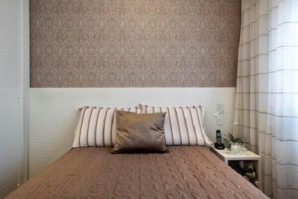 Marrom em papel de parede de quarto de casal