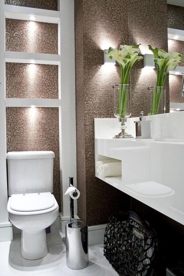 Marrom em papel de parede no lavabo