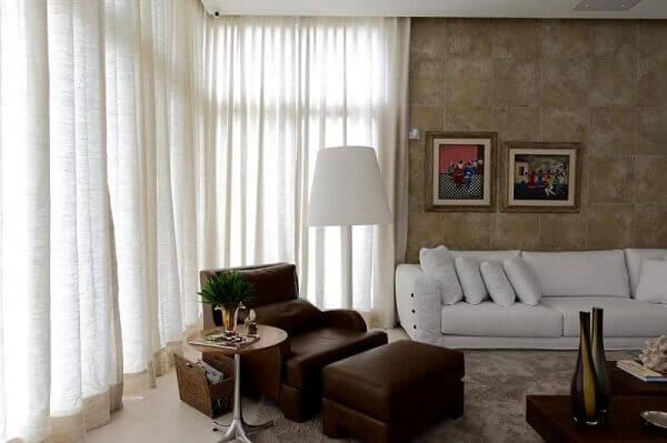 Marrom em sala de estar branca
