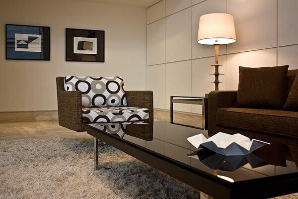 Marrom em sala de estar simples