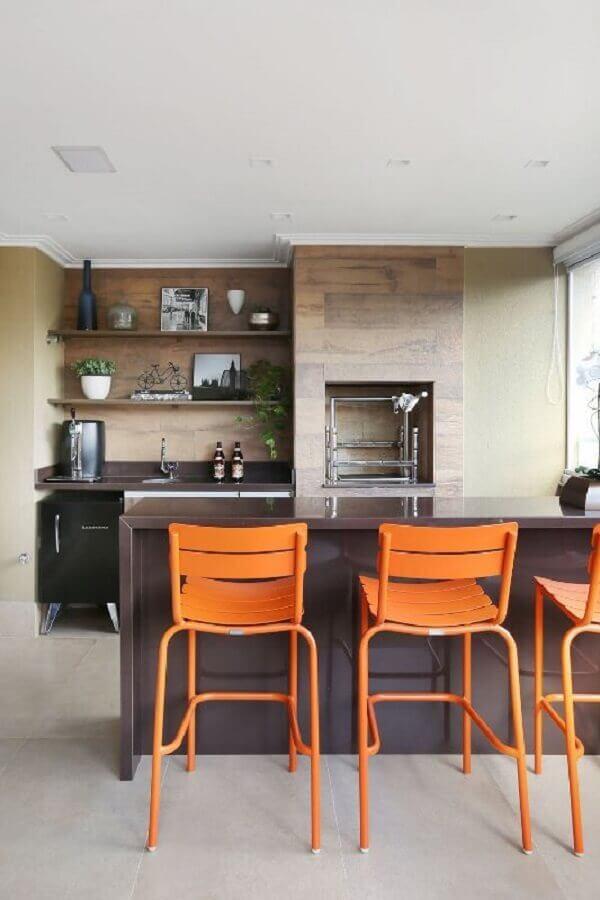 Marrom na bancada e cadeiras laranjas