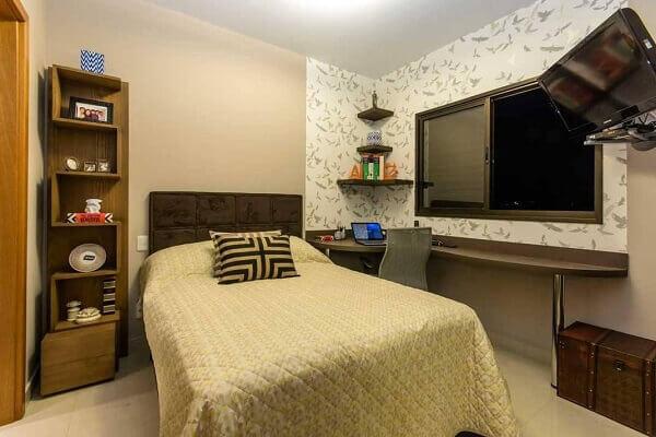 Marrom na cabeceira da cama de quarto simples
