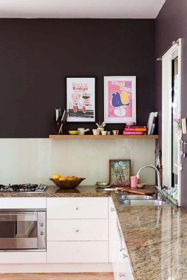 Marrom na cozinha simples