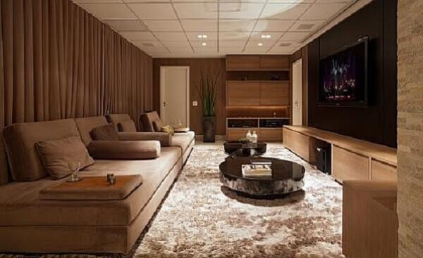 Marrom na decoração de sala de TV