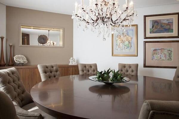 Marrom na mesa redonda da sala