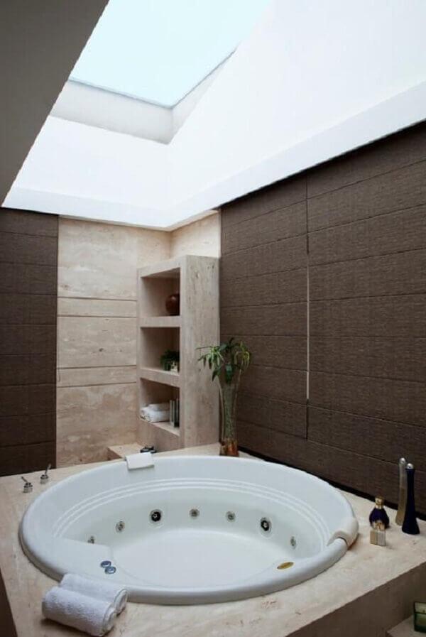 Marrom na parede em espaço de banheira