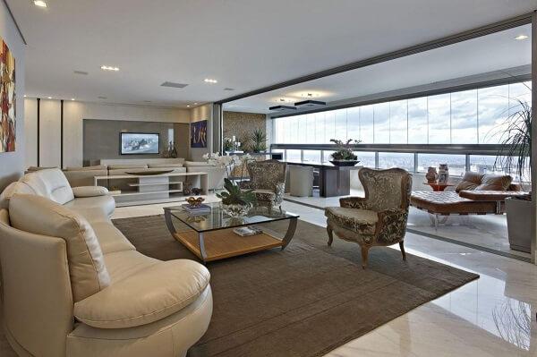Marrom no tapete de sala luxuosa
