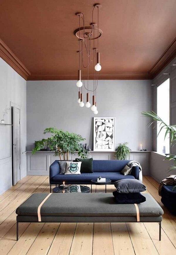 Marrom no teto da sala