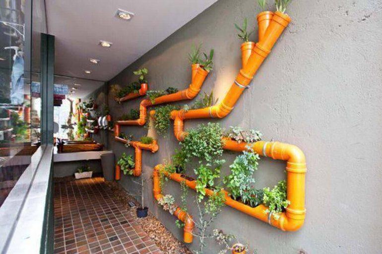 Modelo de horta vertical com canos de pvc laranja