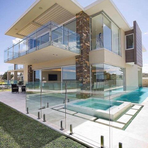 Muro de vidro ao redor da piscina Foto de Pinterest