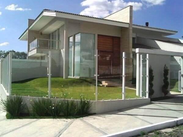 Muro de vidro com grapa em casa com porta de madeira ampla Foto de Finestra Inteligente