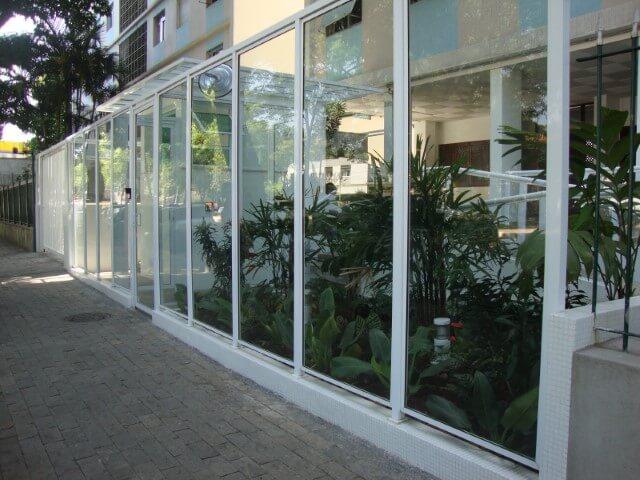 Muro de vidro em prédio com jardim Foto de Sales Metal